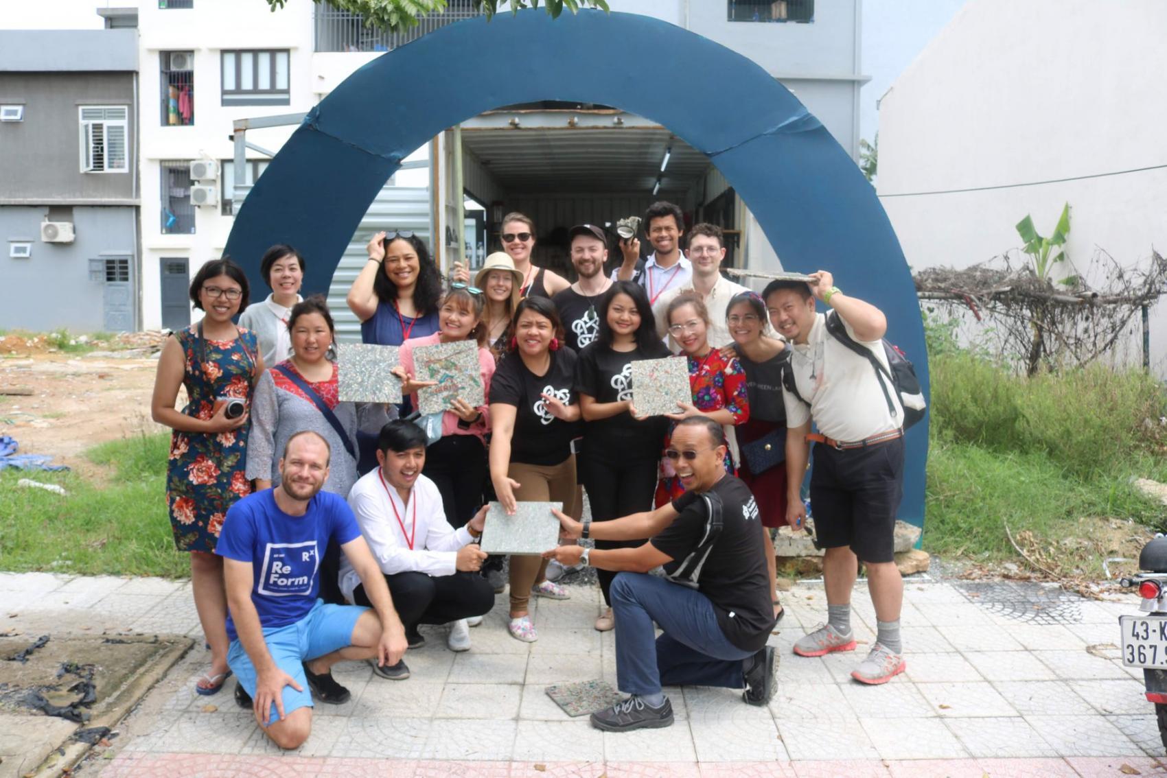 Trung tâm đầu tiên được tài trợ bởi Quỹ Exo là nơi chúng tôi nghiên cứu về máy móc và vật liệu. Trung tâm này cũng được sử dụng cho mục đích giáo dục cho các trường học, các doanh nghiệp xã hội và người thu gom rác.